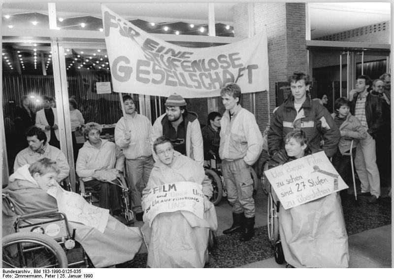 ADN-ZB Zimmermann 25.1.90 Berlin: Behindertendemonstration Zahlreiche Rollstuhlfahrer aus beiden Teilen der Stadt folgten dem Aufruf des DDR-Behindertenverbandes vor dem Kino